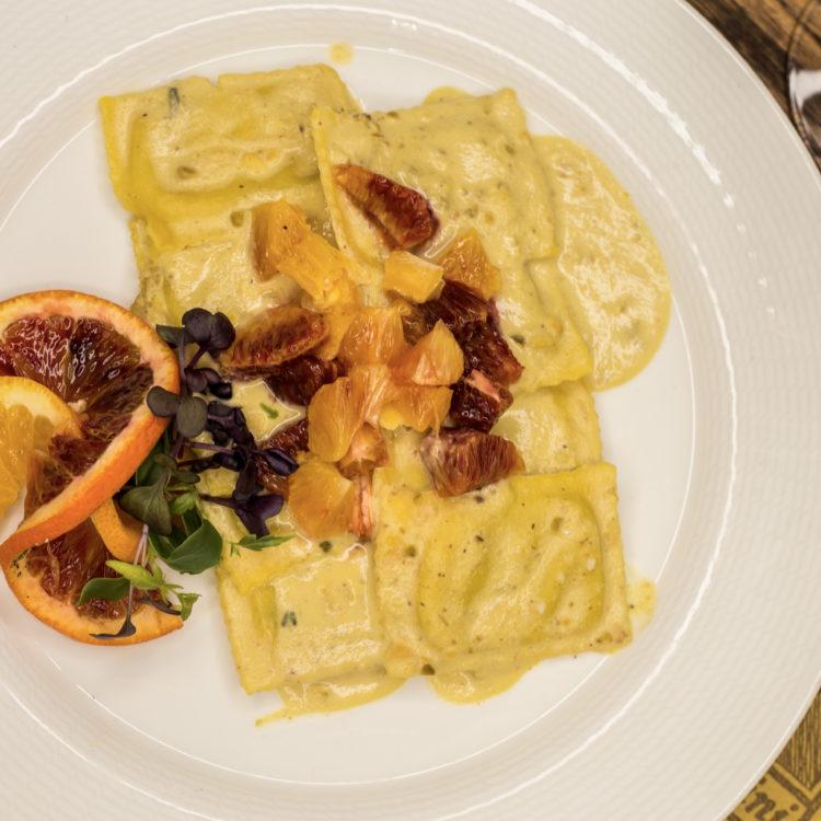 Ravioli ripieni di gorgonzola e pere con arance e pistacchi di bronte